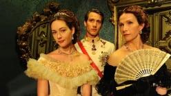 v.l.n.r.: Kaiserin Sisi (Cristiana Capotondi), Kaiser Franz (David Rott) und Sisis Gesellschaftsdame Gräfin Estherhazy (Franziska Stavjanik)